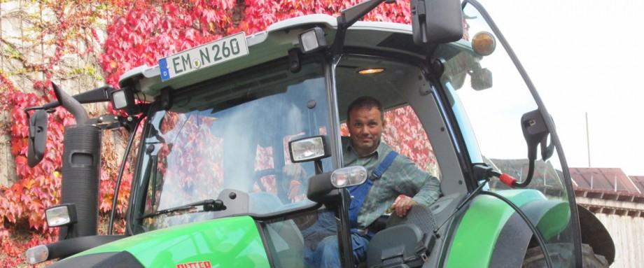 Traktor-mit-Bauer-Josef
